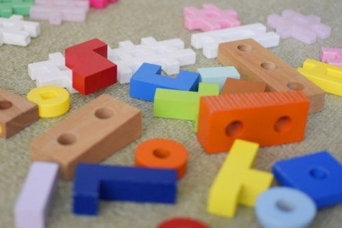 おもちゃのブロックが床に散らばっている画像