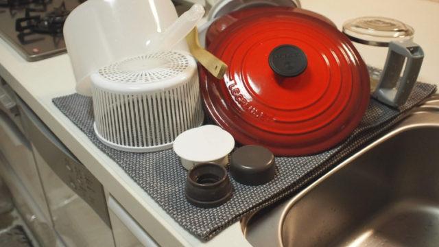 キッチンタオルの上にお鍋などを置いて自然乾燥させている画像