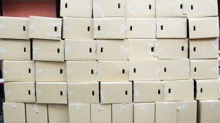大量の空き箱が積まれている画像