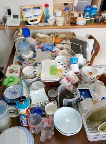 食器棚から出した食器の画像