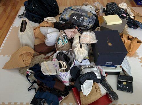 家中のバッグを集めた画像