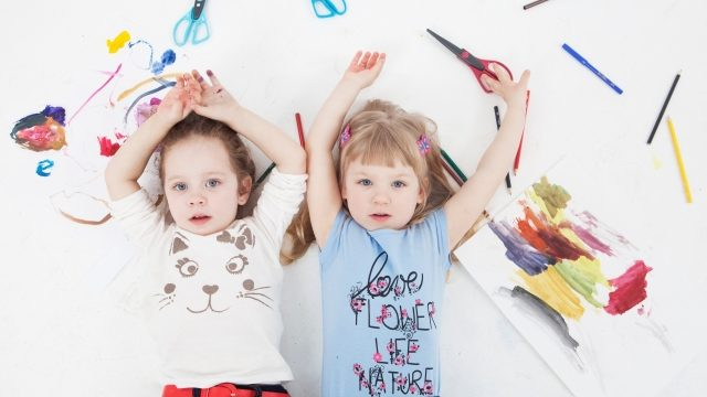 子どもと工作用の文房具の画像