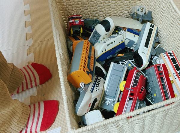 収納ボックスに入ったおもちゃの画像