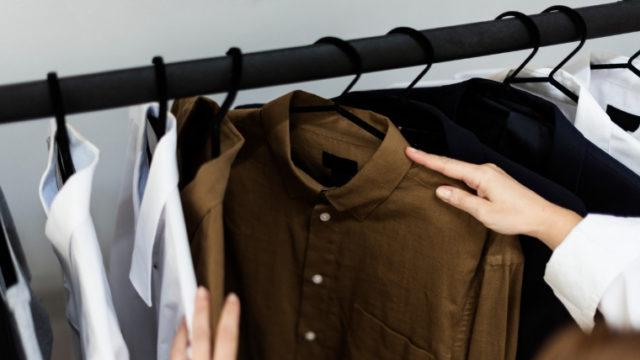 クローゼットの中の洋服を選んでいる画像