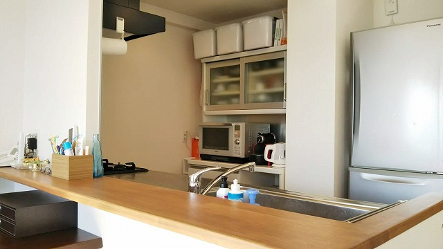 整理してスッキリしたキッチンカウンターの画像