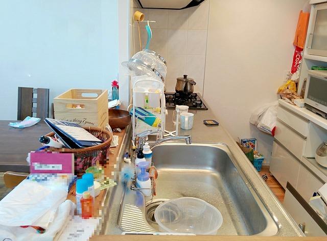 たくさんのモノが置かれたキッチンカウンターの画像