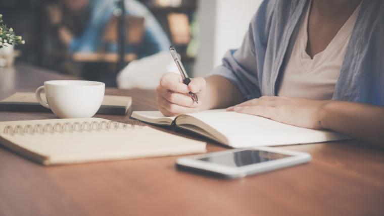 ノートに何かを書いている様子の画像